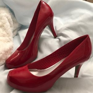 SM New York Size 11 pumps RED!